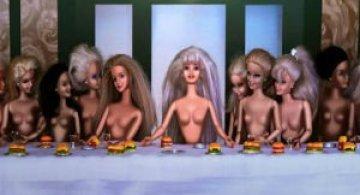 Barbie invadeaza picturi celebre pentru a readuce femeia in istoria artei