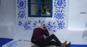 FOTO: O bunicuta picteaza cladirile din satul ei in motive traditionale