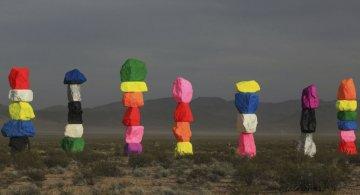 Cei sapte munti magici: Petele de culoare din mijlocul desertului