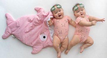 Doua surori dragalase, in costume haioase