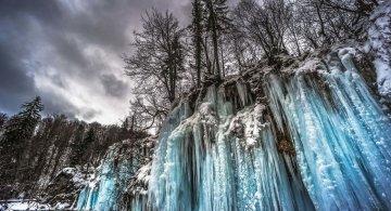 Splendoarea cascadelor inghetate din Croatia