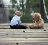 Sfatul pediatrilor: Copiii au nevoie de jucarii simple, nu de tablete sau gadgeturi
