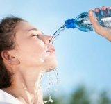 De tot rasul: Imagini ridicole care arata ca femeile incapabile sa bea apa