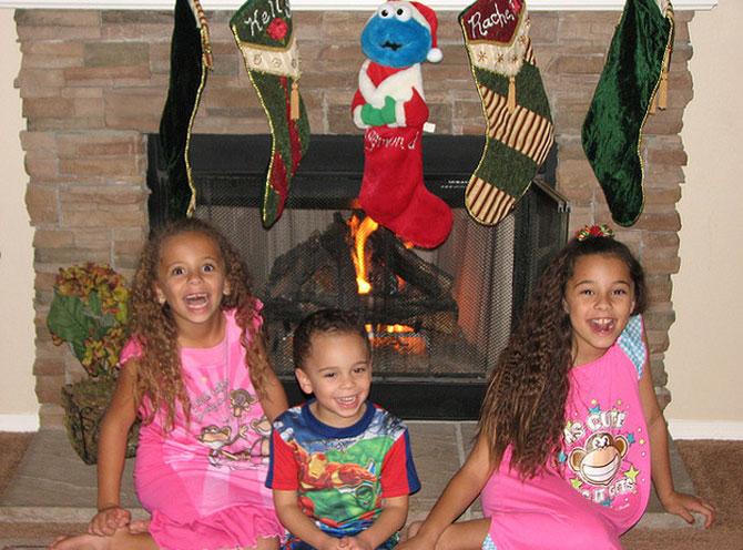 9 copii foarte fericiti in dimineata de Craciun