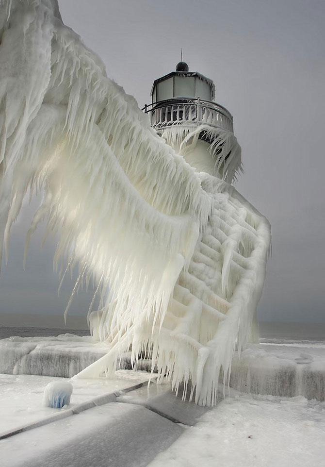 10 faruri inghetate pe malul Lacului Michigan - Poza 1