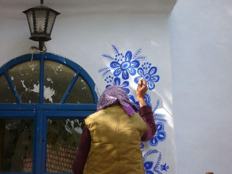 FOTO: O bunicuta picteaza cladirile din satul ei in motive traditional - Poza 3