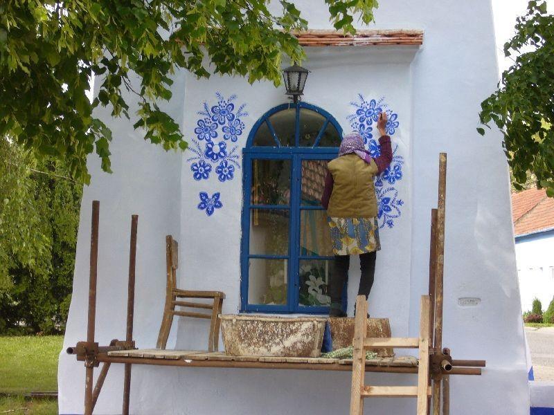 FOTO: O bunicuta picteaza cladirile din satul ei in motive traditional - Poza 1