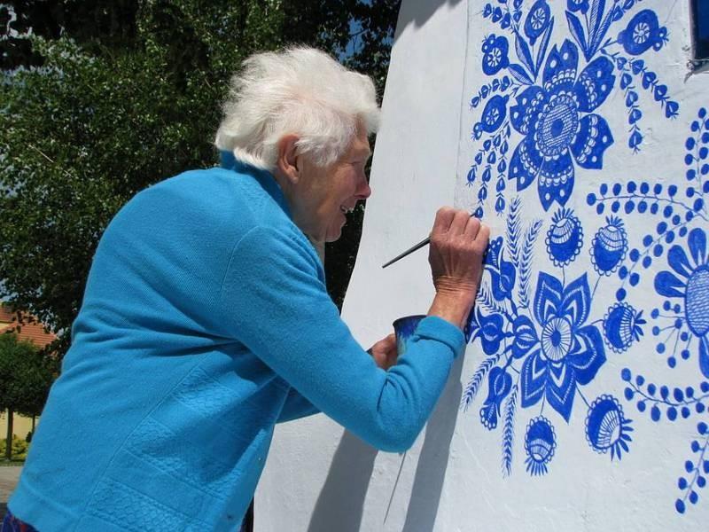 FOTO: O bunicuta picteaza cladirile din satul ei in motive traditional - Poza 4