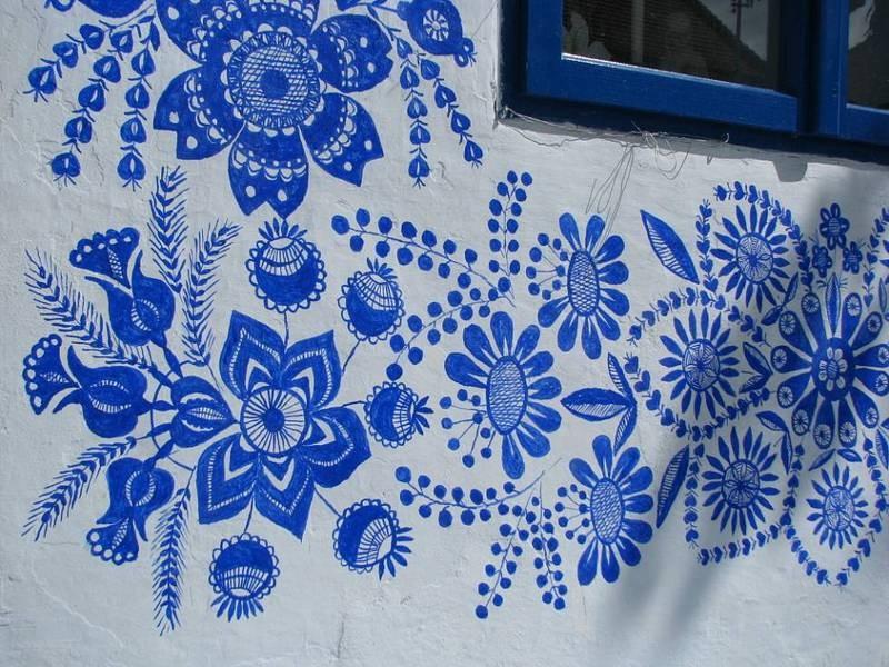 FOTO: O bunicuta picteaza cladirile din satul ei in motive traditional - Poza 5