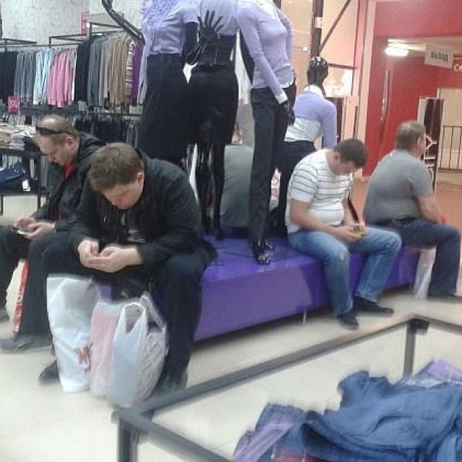 Barbati foarte nefericiti la shopping - Poza 10