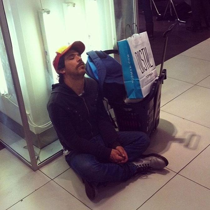 Barbati foarte nefericiti la shopping - Poza 12