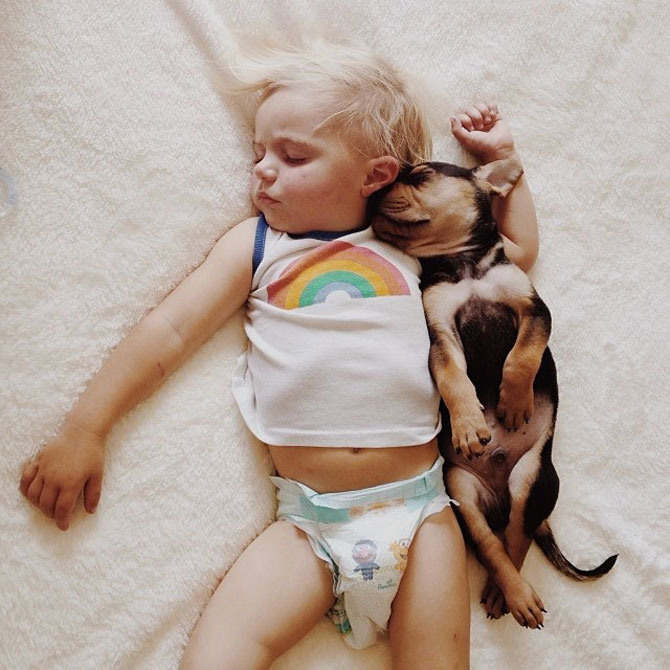 Ora de culcare, cu un baietel si cainele lui - Poza 2