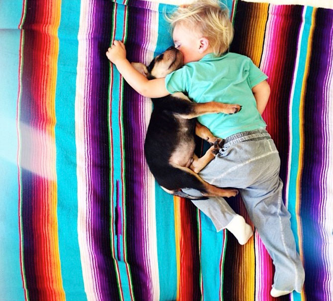 Ora de culcare, cu un baietel si cainele lui - Poza 7
