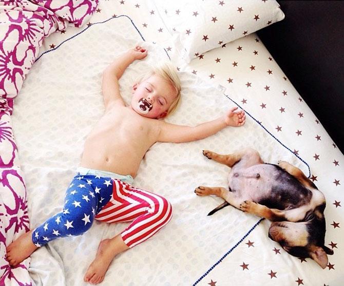 Ora de culcare, cu un baietel si cainele lui - Poza 8
