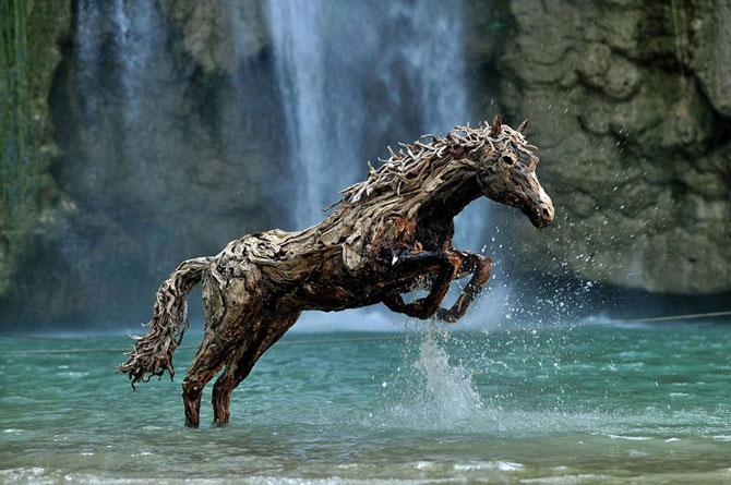 Cai in galop, sculptati din resturi de lemn - Poza 1