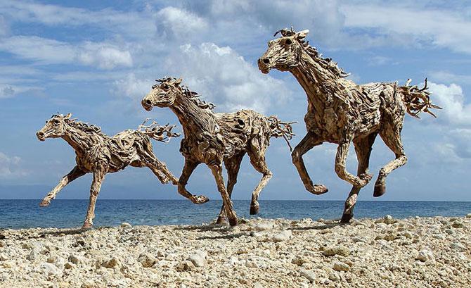 Cai in galop, sculptati din resturi de lemn - Poza 2