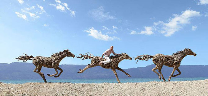 Cai in galop, sculptati din resturi de lemn - Poza 4