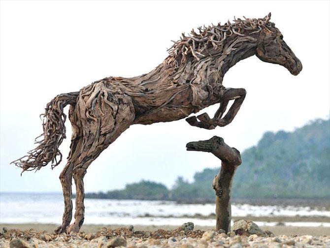 Cai in galop, sculptati din resturi de lemn - Poza 5