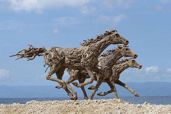 Cai in galop, sculptati din resturi de lemn - Poza 6