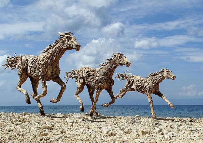 Cai in galop, sculptati din resturi de lemn - Poza 7