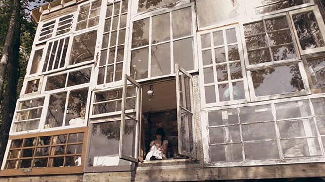Casa din ferestre, construita de un cuplu - Poza 1