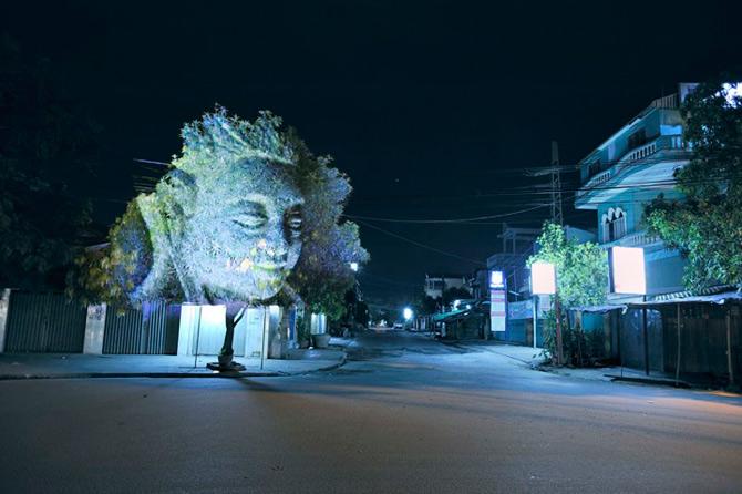 Spiritele copacilor - o instalatie cu lumina si zei - Poza 1