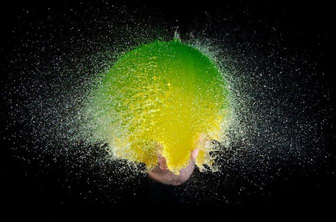 Edward Horsford se joaca cu baloanele umplute cu apa - Poza 1