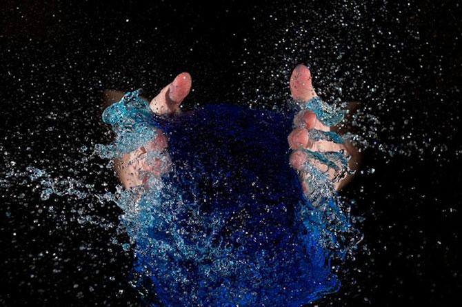 Edward Horsford se joaca cu baloanele umplute cu apa - Poza 4