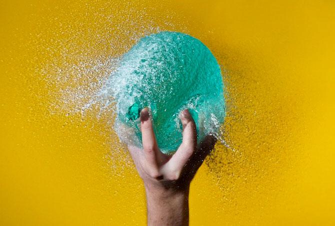 Edward Horsford se joaca cu baloanele umplute cu apa - Poza 5