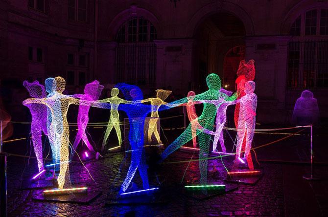 Elfii de lumina din noaptea alba a Parisului - Poza 1