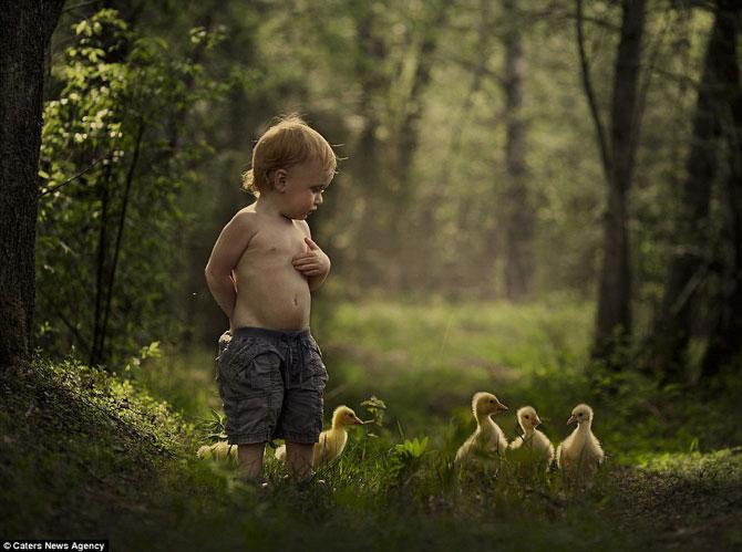 Superba prietenie dintre copiii si animalele Elenei Shumilova - Poza 3