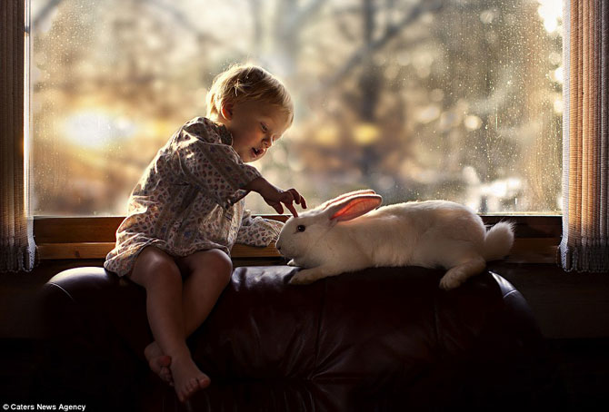 Superba prietenie dintre copiii si animalele Elenei Shumilova - Poza 8