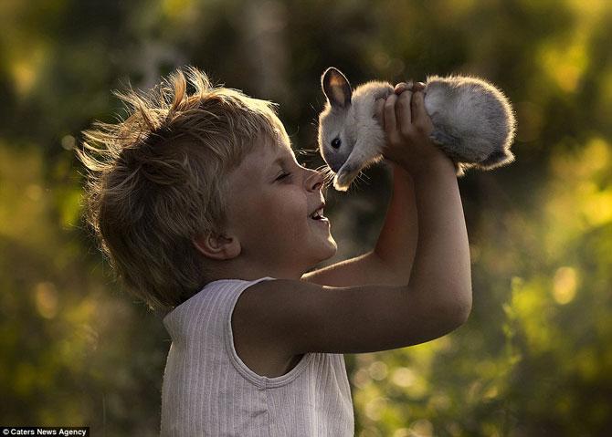 Superba prietenie dintre copiii si animalele Elenei Shumilova - Poza 9