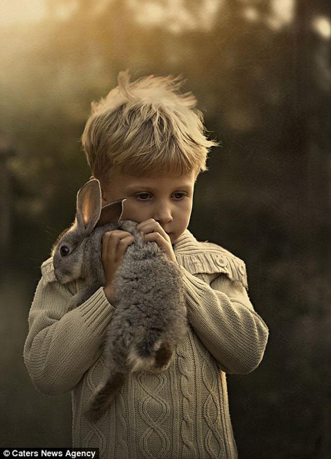 Superba prietenie dintre copiii si animalele Elenei Shumilova - Poza 12