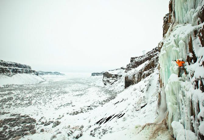 """Fotografii de pe marginea prapastiei de Ben HerndonFotografia de mai jos nu este doar una dintre cele publicate de National Geographic in seria """"Fotografia extrema a zilei"""". E o fotografie pentru care Ben Herndon era sa moara strivit sub unb ghetar �"""