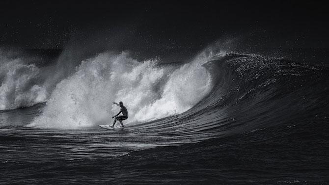 Surfing in alb si negru, de Toby Harriman - Poza 1