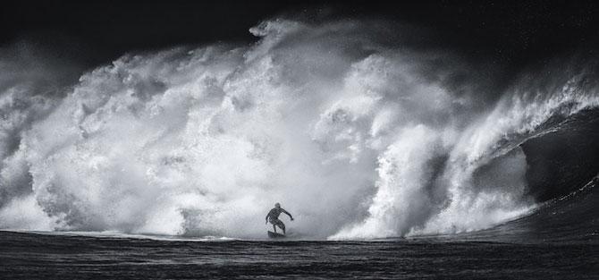 Surfing in alb si negru, de Toby Harriman - Poza 2