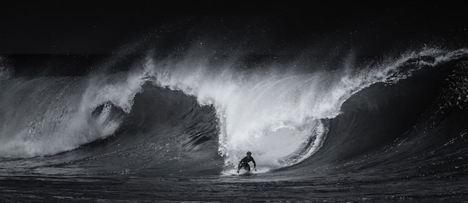 Surfing in alb si negru, de Toby Harriman - Poza 3