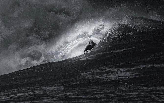 Surfing in alb si negru, de Toby Harriman - Poza 4