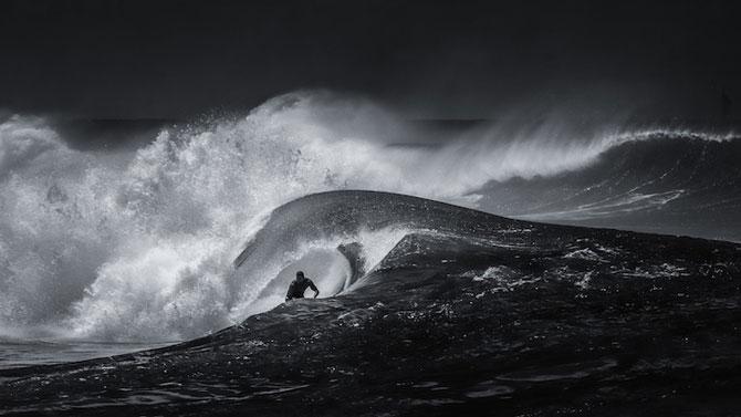 Surfing in alb si negru, de Toby Harriman - Poza 6