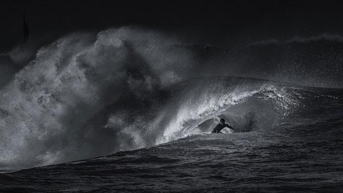 Surfing in alb si negru, de Toby Harriman - Poza 9