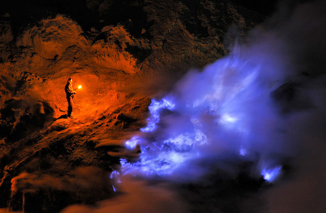 Olivier Grunewald a coborat inauntrul vulcanului Kawah Lien - Poza 1