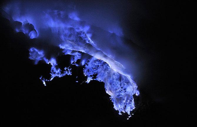 Olivier Grunewald a coborat inauntrul vulcanului Kawah Lien - Poza 2