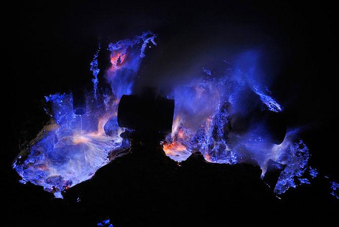 Olivier Grunewald a coborat inauntrul vulcanului Kawah Lien - Poza 6