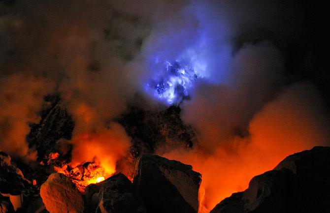 Olivier Grunewald a coborat inauntrul vulcanului Kawah Lien - Poza 7