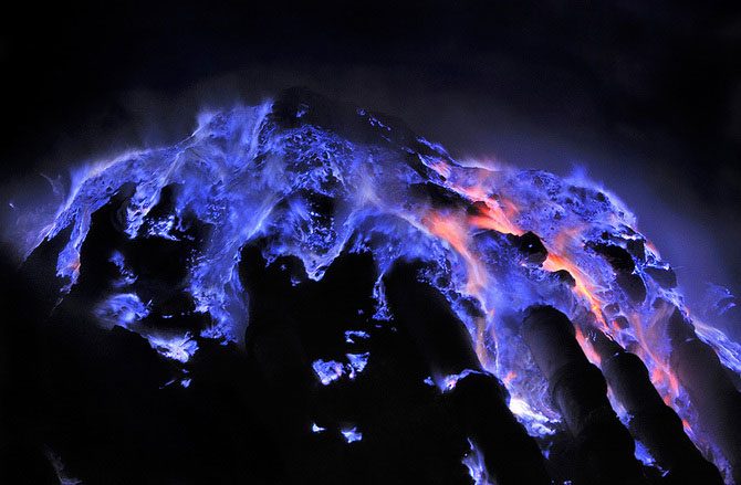 Olivier Grunewald a coborat inauntrul vulcanului Kawah Lien - Poza 8