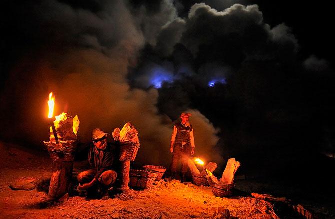 Olivier Grunewald a coborat inauntrul vulcanului Kawah Lien - Poza 9
