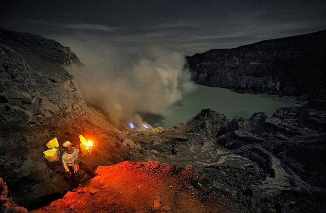 Olivier Grunewald a coborat inauntrul vulcanului Kawah Lien - Poza 11