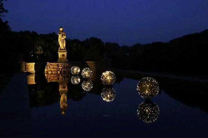 Sfere luminoase plutitoare, de Bruce Munro - Poza 1