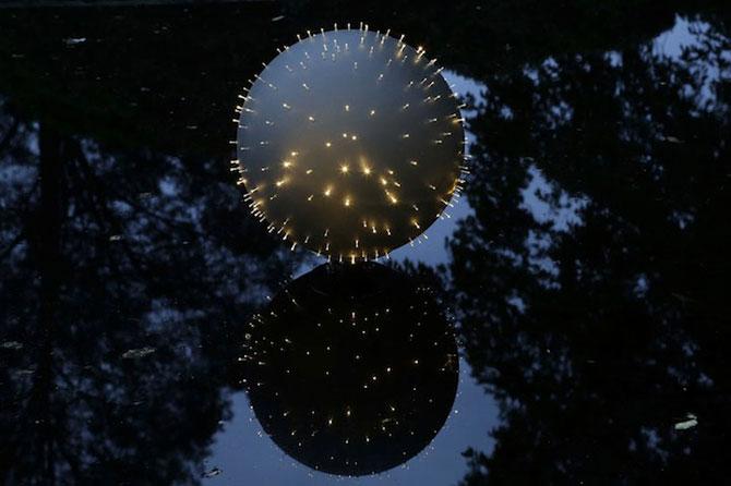 Sfere luminoase plutitoare, de Bruce Munro - Poza 3